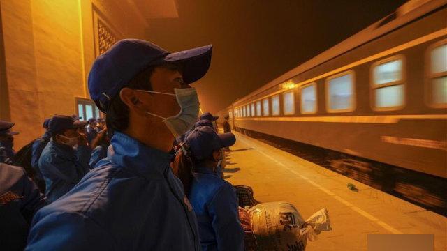 3月,務工人員在和田墨玉縣火車站準備前往北疆就業(網絡圖片)