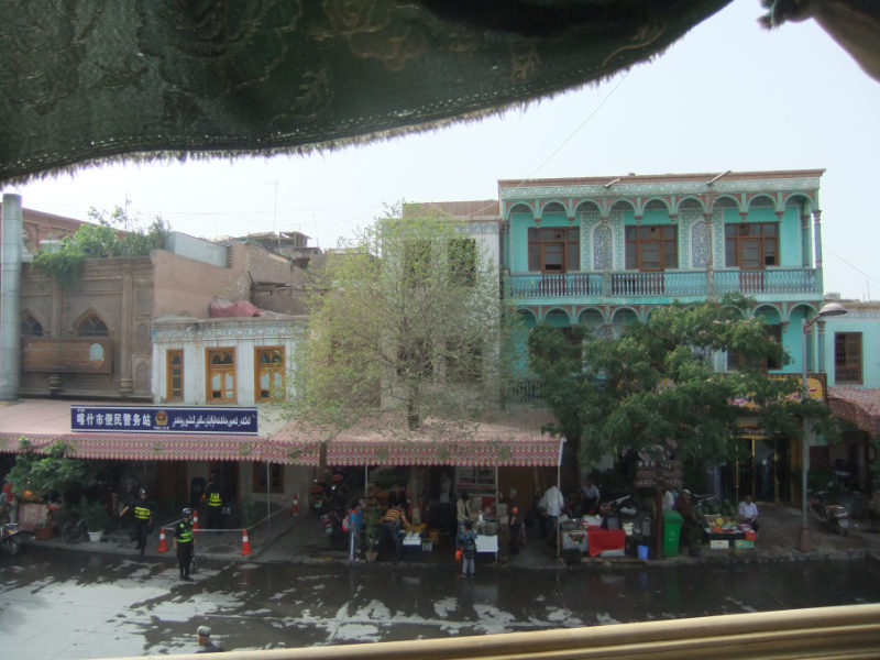 從為遊客翻新的古老茶館的陽台上看到的「便民警務站」。喀什 2017年