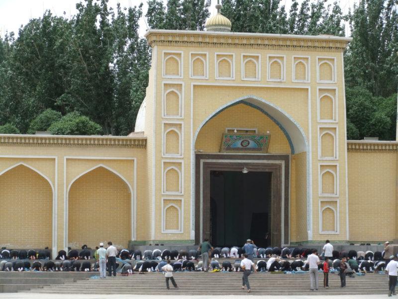 主麻日的禮拜者擠到了艾提尕爾清真寺(Id Kah Mosque)的台階上。那時還沒有檢查站,沒有中共旗幟懸掛,沒有警察執勤,還有一定程度的宗教自由。喀什 2011年