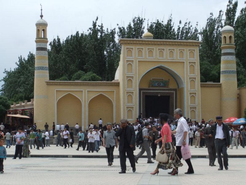 在主麻日聚禮後,禮拜者從艾提尕爾清真寺(Id Kah Mosque)蜂擁而出,那時還允許人們禮拜。喀什 2011年