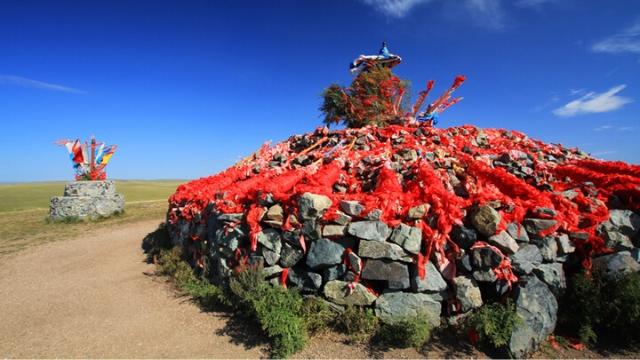 敖包(蒙古人祭祀用的石頭堆)向人表明內蒙古傳統宗教歷史久遠(Shen Xin - CC BY-SA 2.0)