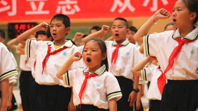 寧夏回族自治區一所小學少先隊員們在兒童節「紅領巾心向黨」活動中宣誓(網絡圖片)