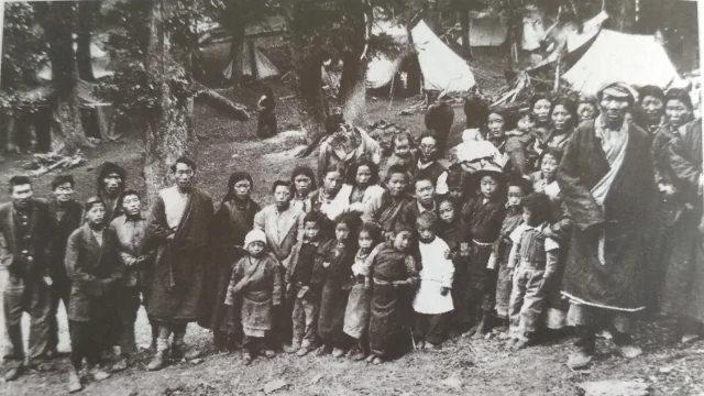 上世紀60年代印度北部的一群早期藏族難民(由西藏博物館/DIIR提供)