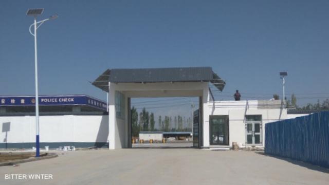 歡迎來到「自由之地」:一進新疆伊寧市教育轉化營,「犯人」(主要是維吾爾人)就必須在9個工廠內工作
