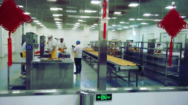 文化產業園內維吾爾人正在製作饢餅(知情人提供)