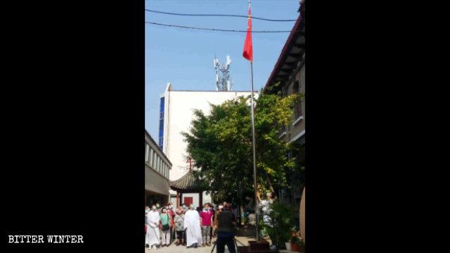 6月14日,開封市理事廳天主教堂舉行升旗儀式