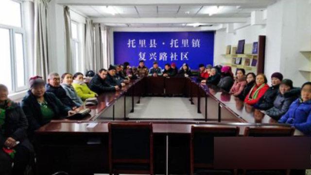 新疆群眾在參加洗腦班