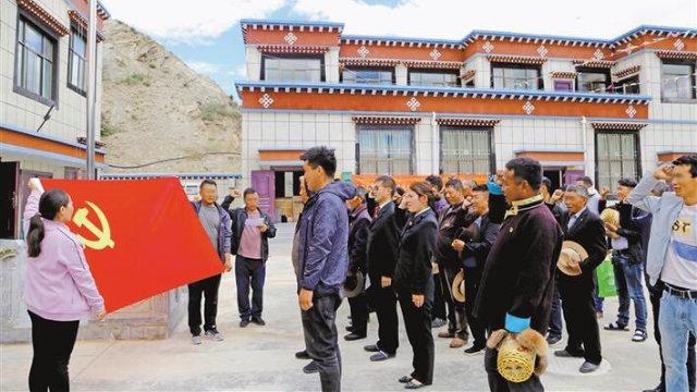 西藏黨員在慶祝建黨99週年並宣誓效忠黨(網絡圖片)