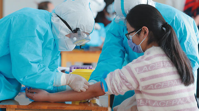 4月,山東沂南縣對所有復課師生體檢,採集血樣(網絡圖片)
