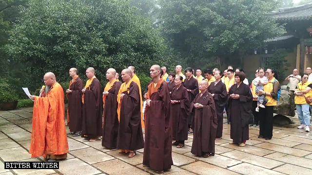 升旗儀式後,「南台岩寺」住持宣讀歌頌習近平「抗疫」成果的講稿