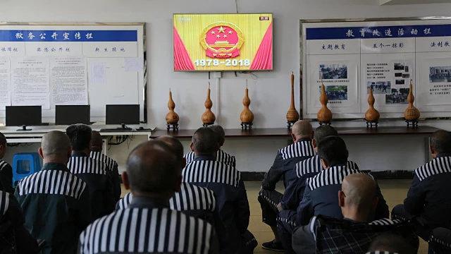 服刑人員正在觀看中共宣傳視頻(網絡圖片)