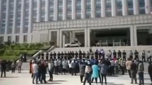旗政府大樓前的抗議