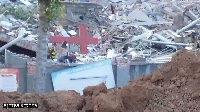 廢墟上十字架