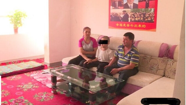 配有廉價沙發和茶几的「中國化」房屋,習近平的畫像取代了宗教標誌。(格羅斯教授的推文)