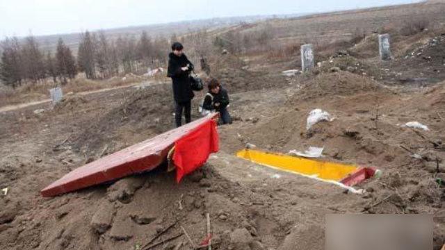 一死者家屬在被挖走遺體的墓地前哭泣(網絡圖片)