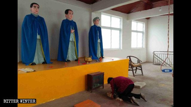三官廟西院內,人們跪拜毛澤東、朱德、周恩來像