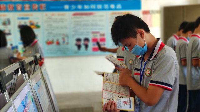6月,廣東省恩平市一學生正在看校園反邪教資料(網絡圖片)