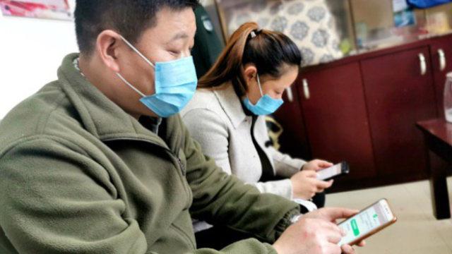 疫情間,浙江建德市街道幹部在使用「學習強國」(網絡圖片)