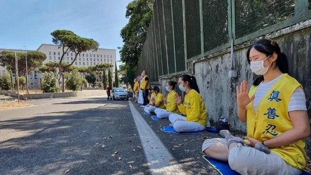 法輪功學員在意大利外交部附近靜默抗議