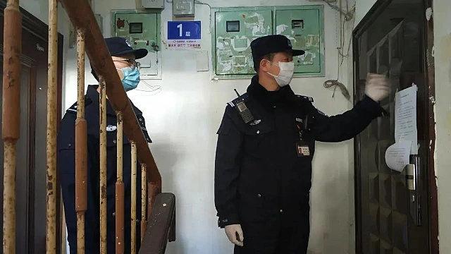 警察上門排查登記出租房屋民眾身分信息(網絡圖片)