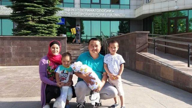 賽爾克堅·比萊喜與妻子、孩子一家人在一起