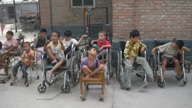 賈治國主教開辦的孤兒院裡的孩童(網絡圖片)