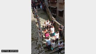 多省警方突襲家庭教會抓捕信徒 噴辣椒水老人兒童都遭殃