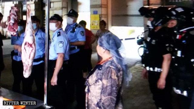 6月廈門市警方排查維吾爾人的店鋪