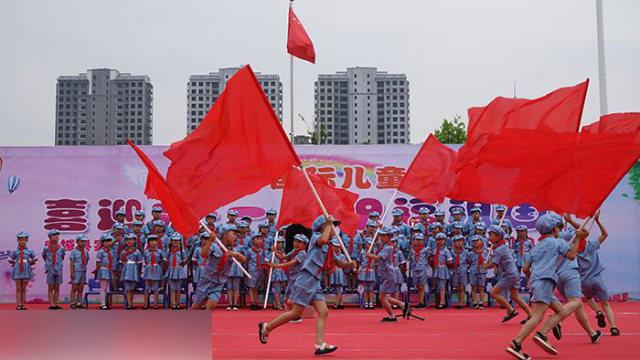 幼兒園孩子正在參加愛黨活動(網絡圖片)