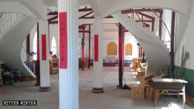 教堂內的宗教標誌、畫像已被拆除