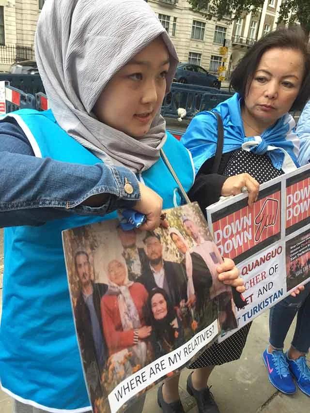 迪麗娜孜一一指著照片上的家人,講述剛聽到的關於他們的消息