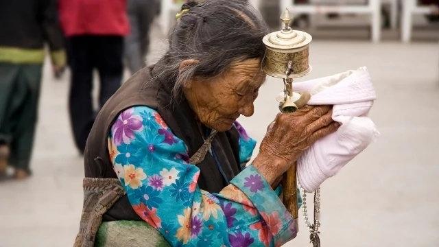 西藏拉薩一名藏族婦女在禱告(Luca Galuzzi - GNU Free Documentation License)