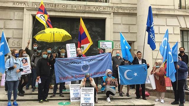 維吾爾人與聲援他們的西藏和香港人聚集在中國駐倫敦大使館外進行抗議,以紀念國際失蹤者日