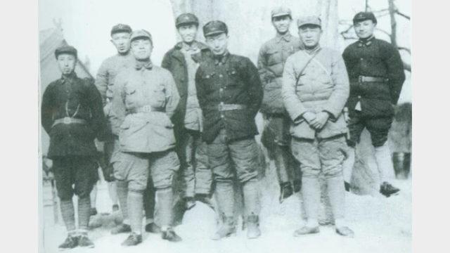 一張罕見的1936年中共幹部的圖片顯示楊尚昆站在前排左面第二位,鄧小平站在後排左面最後一位(公共領域)