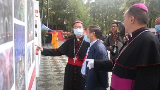 今年9月29日,四川省領導和宗教界參觀了在成都舉辦的中華⼈⺠共和國成⽴71週年暨「愛國愛教愛家鄉」主題教育活動(網絡圖片)