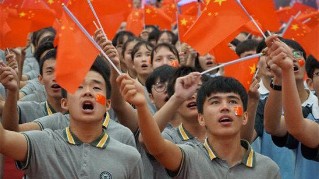 新疆少數民族學生正在參加愛國主義教育活動(網絡圖片)