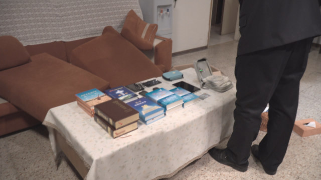 警察拍攝在全能神教會基督徒家中沒收的信神書籍和其他物品(網絡圖片)