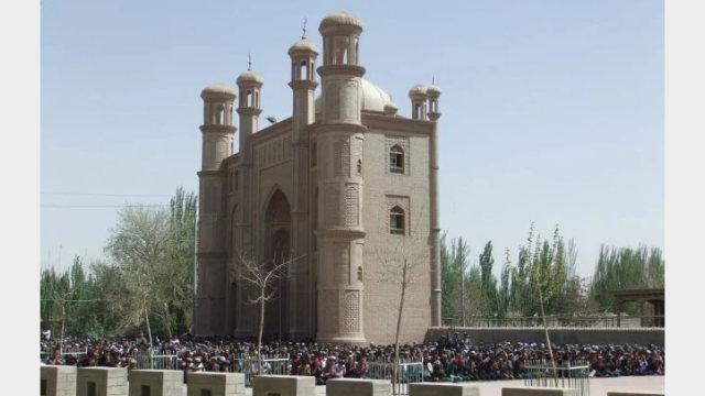 圖二:星期五到艾提尕爾清真寺大清真寺做禮拜的穆斯林絡繹不絕。(Ruth Ingram攝於2014年)該建築物現已不復存在