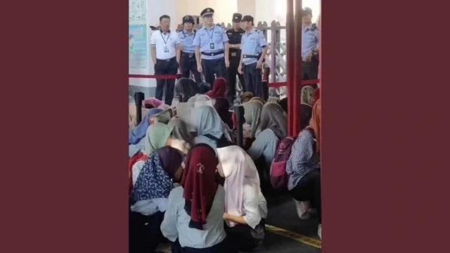 三亞占族女學生在抗議,有警察看守(圖片來自Weibo,由Twitter轉發)