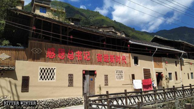 下黨村村民的房屋外寫著「感恩總書記、奮進新時代」標語