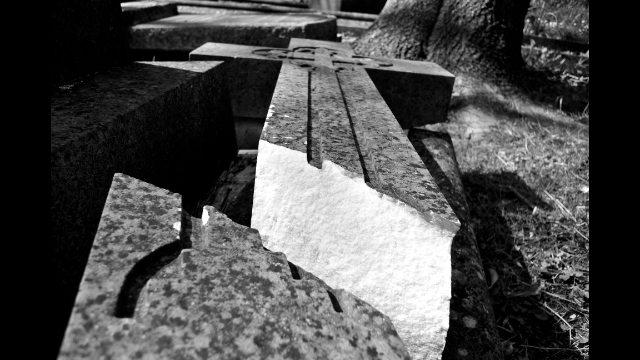 倒下的墓碑十字架(網絡圖片)
