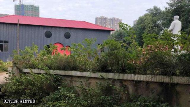 簡易棚外的毛澤東雕像