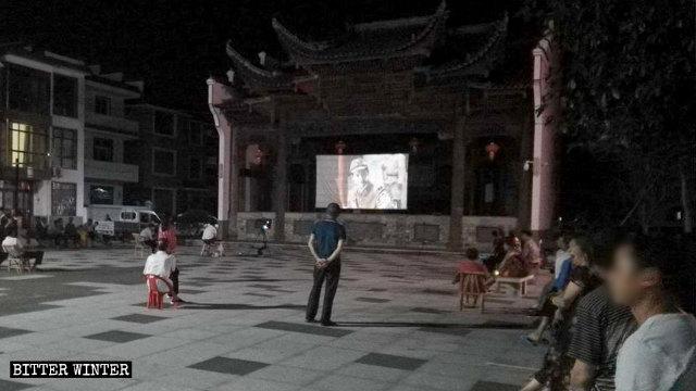 上饒市廣信區一處廣場正在播放宣傳電影