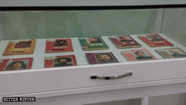 櫃子裡擺放著中共革命人士的書籍
