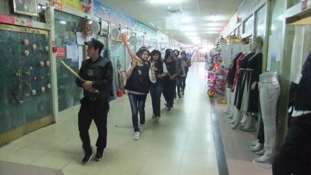 在和田的商業區,家鄉護衛隊拿著棍棒巡邏(圖片由露絲·英格拉姆拍攝)