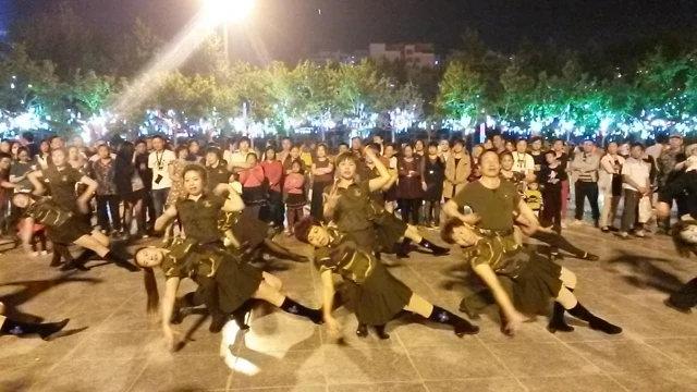 晚上和田廣場上軍國主義式的舞蹈(圖片由露絲·英格拉姆拍攝)