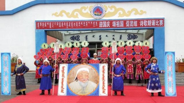 內蒙古學生反抗中共,在中國的國慶節儀式上守護成吉思汗的畫像(圖片鳴謝南蒙古人權信息中心)
