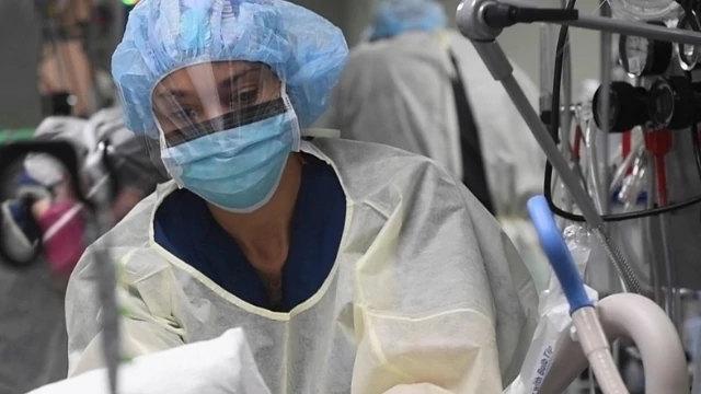 正在做手術準備的護士(公共領域)