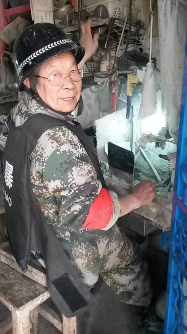 和田的玉石雕刻者甚至也被武裝起來準備打擊恐怖主義(圖片由露絲·英格拉姆拍攝)