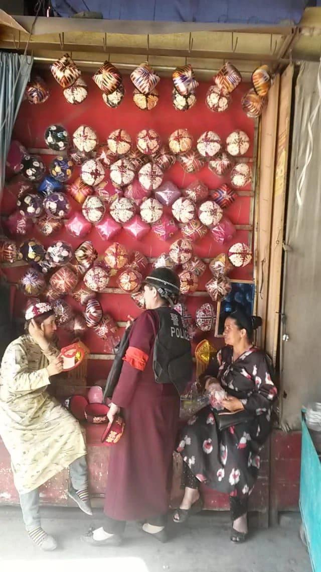 喀什市場上賣民族無沿便帽的人都為「打擊恐怖主義的戰爭」裝備起來(圖片由露絲·英格拉姆拍攝)